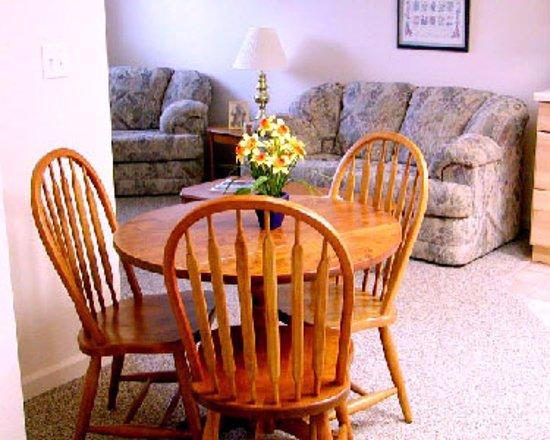 Seldovia, AK: SunShine Living Room and eating area