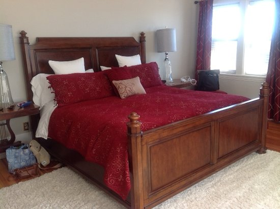 Dashwood Manor Seaside Bed and Breakfast Inn: Really comfortable King size bed.