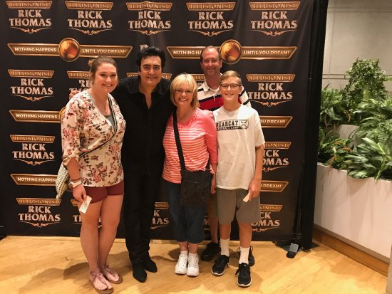 Branson, MO: This show was AMAZING!  True Vegas quality with family friendly touches!  Had a touchback of hum