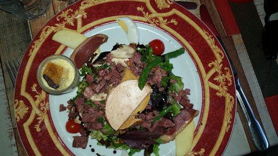 Draguignan, Francja: Salade du Périgord et escalope de volaille farcie à la tapenade