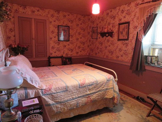 Stewartstown, เพนซิลเวเนีย: Jennies Room finds a double bed, hand made quilt. and that old fashion bed made of iron.