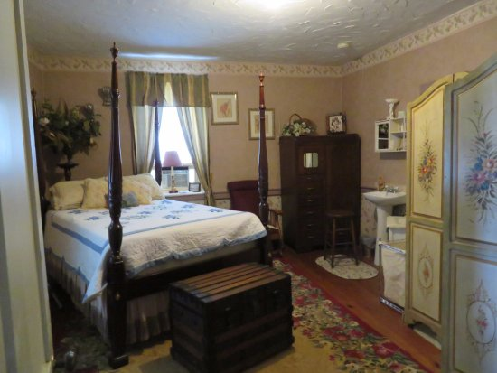 Stewartstown, PA: our most favorite room, Rice Bed, shower bath, and antiques throughout, a fridge for your conven