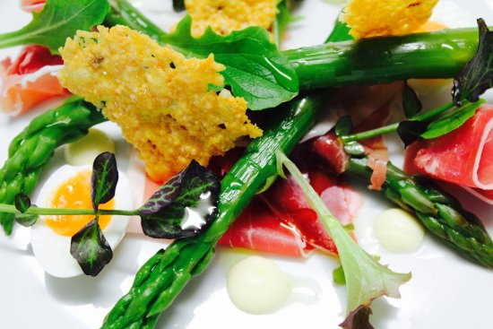 Ilminster, UK: Asparagus and quail egg salad