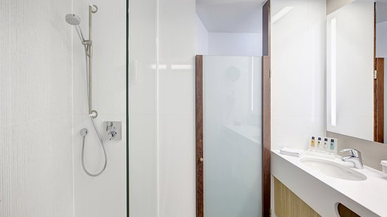 Crowne Plaza Brugge: Guest Bathroom with rainshower