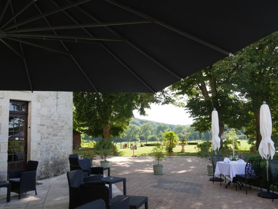 Condat-sur-Vezere, France: TERRASSE VOR DEM RESTAURANT mit Blick in den Park