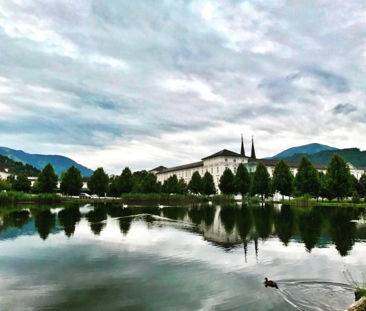 Admont, Österreich: View of the monastery from the pond