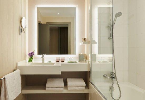 La Defense, France: Deluxe and Prestige Guest Bathroom