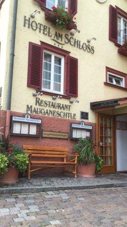 Hotel Am Schloss: Eingang zum Hotel/ Restaurant mit gemütlicher Bank