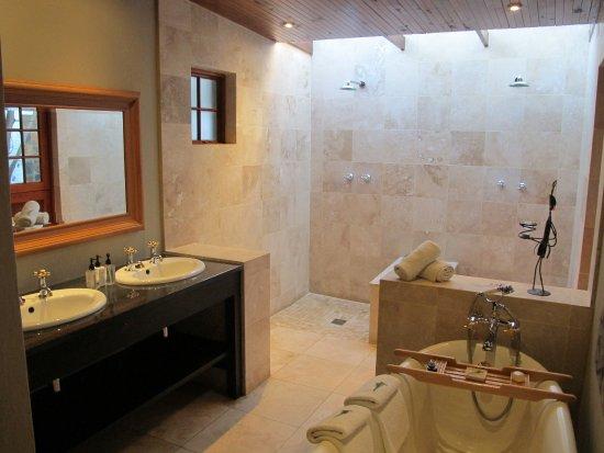 Addo, Güney Afrika: im Bad, mit Doppel-Dusche und Wanne