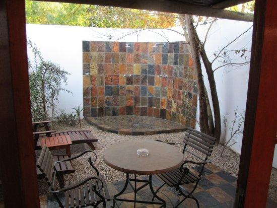 Addo, Sudáfrica: Außenbereich, mit Sitzgelegenheit und Doppel-Dusche