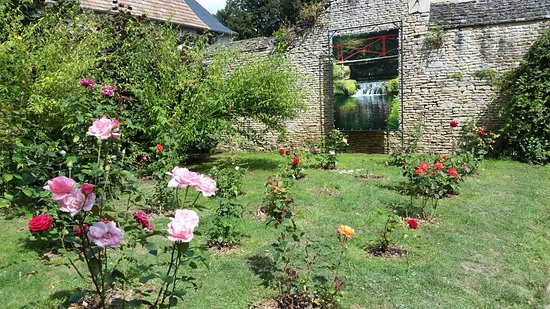 Mezidon-Canon, France : Walled gardens