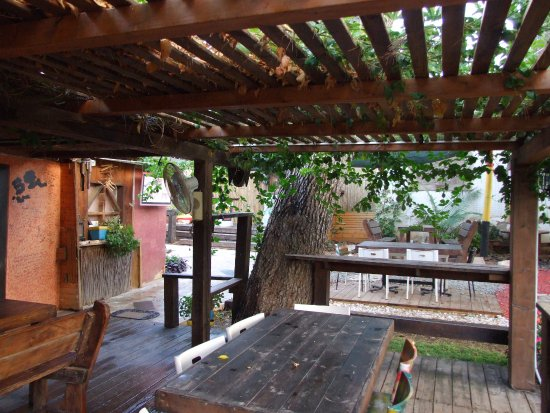 Mike and Sharon's Bistro: Outdoor area