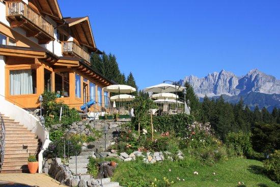 Oberndorf, Autriche : fantastische Lage des Gartenhotel Rosenhof mit Blick auf die Berge