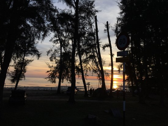 Port Dickson, Malaysia: Long long Beach along the road. You can stop anywhere. Picnic or having you meal opposite . Ther