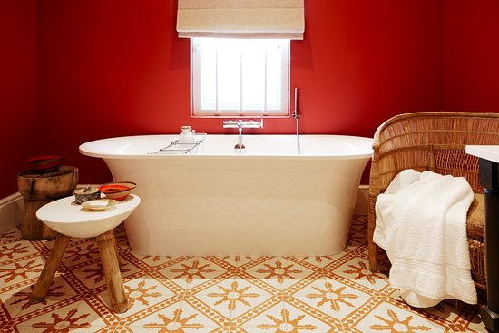 La Cle des Montagnes: Le Colonial at La Clé des Montagnes - Bathroom