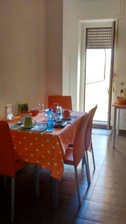 Il tavolo in cucina e la porta finestra per accedere al ...