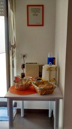 Marysol: Tavolino caffè, biscotti, merendine, fette biscottate... in cucina x la colazione :)
