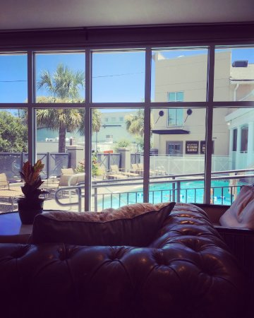 King Charles Inn: Comfort and a view from lobby onto the pool