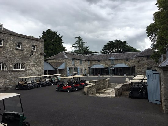 Carton House Hotel & Golf Club: Pathway to golf clubhouse