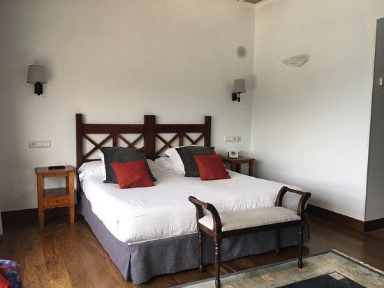 Saiaz Getaria Hotel: Chambre sobre et élégante avec vue sur la mer