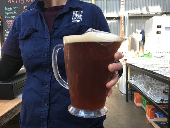 Healesville, Australia: Brewer Ben's partner, Hanna poured a jug of Watts for us.
