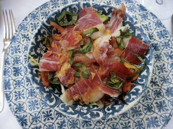 Santa Maria del Camí, España: Ensalada de Jamón Iberico con langostinos, huevo de codorniz, aguacate, papaya fresca