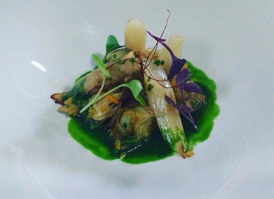 Castaneda, Spanje: Alcachofas marinadas , esparrago braseado y caldo de espinaca