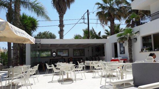 Apartments Minoa: terras en bar/restaurant