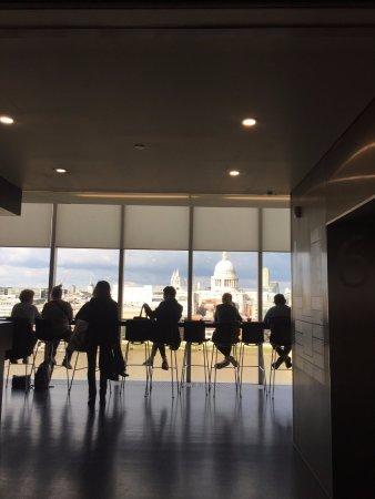 Tate Modern Cafe: お茶だけならこのカウンター席が景色がよくてお勧めです。