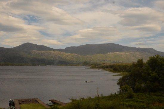 Talladale, UK: 雄大な山並みと湖の景色