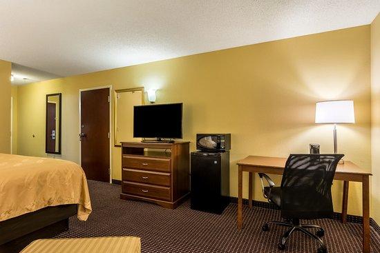 Sandersville, Géorgie : 1 King Bed: Coffee Maker, Hair Dryer, Microwave and Refrigerator, Clock Radio/AM-FM, Free WiFi