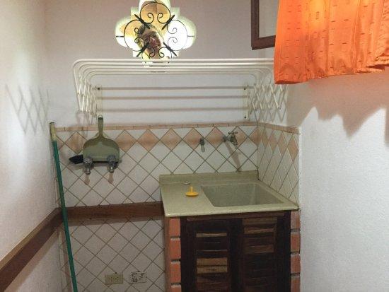 Villas Kalimba: Cuisinette et mini-buanderie dans les maisonnettes.  Très pratique, cet évier, car donner sa les