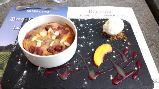 Nontron, Prancis: beautiful tart with cherries