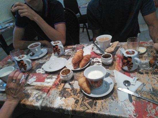 Hotel au Charme du Levat : Petit dejeuner maison