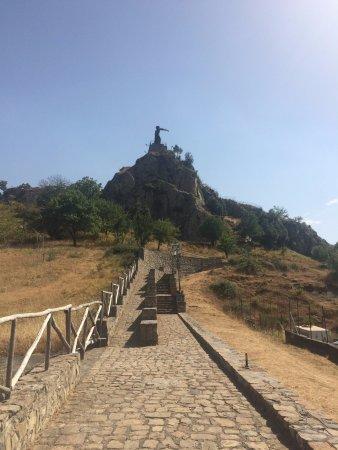 Cesaro, Italië: La stradina che porta in cima al monumento