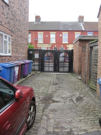 The Old Dairy Guest House: The Old Dairy looking towards the gated access to Kempton road