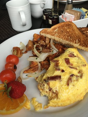 Paddy's Irish Pub and Restaurant: A really fluffy omelet