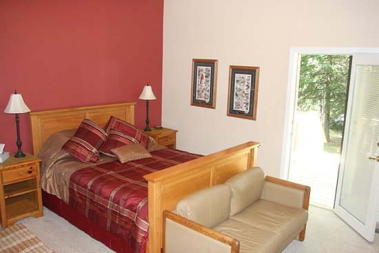 Osage, MN: Sunset guest room at the LadySlipper Inn