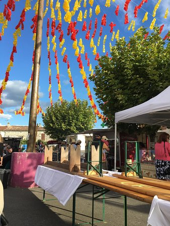 Sigoules, France: Setting up the evening gourmet market 19:00h on Fridays in the summer