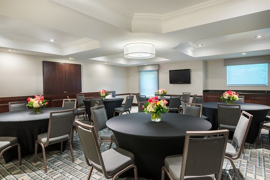 Billerica, MA: Meeting Room with Rounds