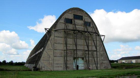 Ecausseville, France: hangar à dirigeable extérieur