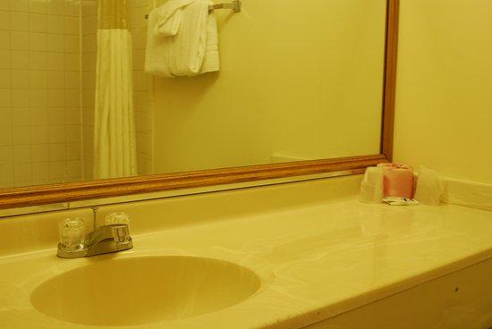 Amber Inn: Single Standard Room Bathroom