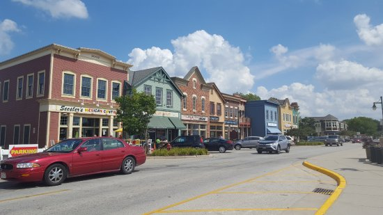 Pewaukee, WI: Shops across from the beach