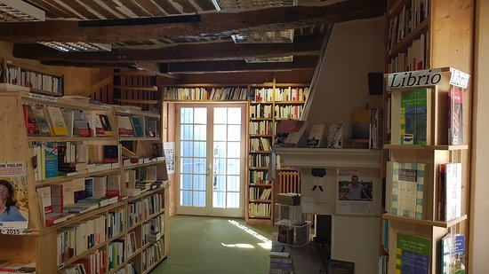 Librairie le Bleuet: au milieu des livres