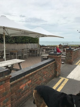 Kingsgate, UK: outside seating area for dog owners
