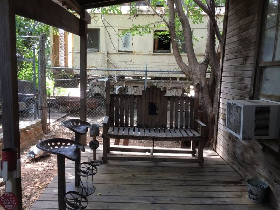 Belle's Chicken Dinner House : outdoor waiting area