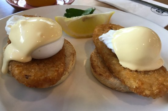 Chermside, Australia: Eggs Benedict with a side of Hash Browns.