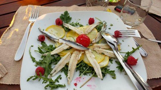 Restoran Ziza: Il carpaccio secondo Ziza, alici in scatola, lamponi vecchi, rucola vecchia ed infine cetrioli