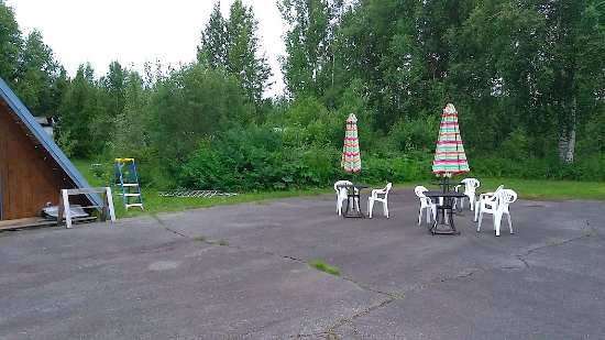Talkeetna Motel: Nice little quiet area just outside our room.