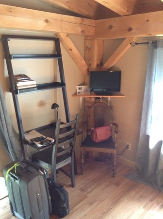 Brighton, Canada : TV has netflix and apple tv ( lots of movies and tv shows all free). Nice writing area.